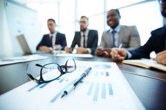 Documents d'entreprise sur la table de réunion photos libres de droits