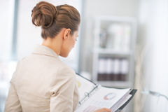 Documents de examen de femme d'affaires dans le bureau Photo stock