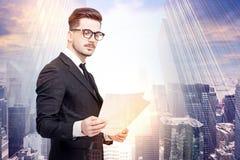 Documents de lecture d'homme d'affaires dans une ville image libre de droits