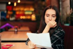 Documents de lecture de femme dans un café images stock