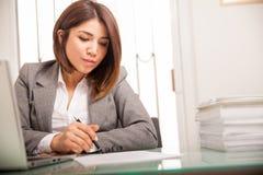 Documents de signature d'avocat féminin Photographie stock