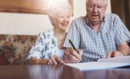 Documents de signature de couples supérieurs à la maison Photographie stock libre de droits