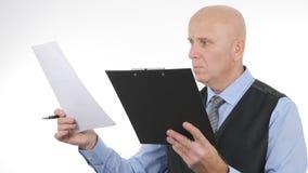 Documents et contrats d'Image Verify Financial d'homme d'affaires images stock