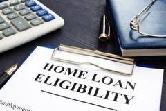 Documents et verres d'éligibilité de prêt immobilier photos stock