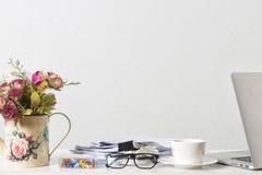Documents, ordinateur portable, et tasse de café sur la table de bureau sur l'écran blanc photos libres de droits