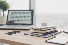 Documents sur la table de bureau avec le stylo et le comprimé numérique en tant que concept d'affaires d'espace de travail Images libres de droits