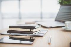 Documents sur la table de bureau avec le stylo et le comprimé numérique en tant que concept d'affaires d'espace de travail Photo stock