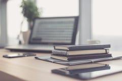 Documents sur la table de bureau avec le stylo et le comprimé numérique en tant que concept d'affaires d'espace de travail Photo libre de droits