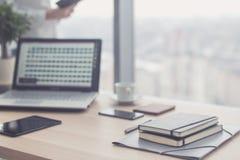 Documents sur la table de bureau avec le stylo et le comprimé numérique en tant que concept d'affaires d'espace de travail Image stock
