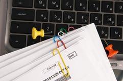 Documents sur papier avec des clips sur le clavier d'ordinateur portatif Photo libre de droits
