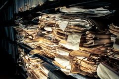 Documents sur papier dans les archives Images stock