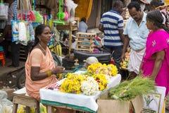 Documetary社论图象 创造花的绳索未认出的人妇女出售在室外主要市场上在印度 免版税库存照片
