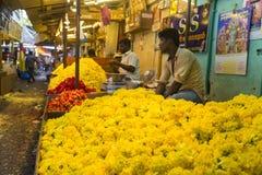 Documetary社论图象 创造花的绳索未认出的人妇女出售在室外主要市场上在印度 图库摄影