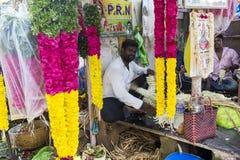Documetary社论图象 创造花的绳索未认出的人妇女出售在室外主要市场上在印度 免版税图库摄影