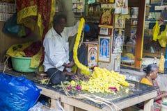 Documetary社论图象 创造花的绳索未认出的人妇女出售在室外主要市场上在印度 库存图片