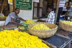 Documetary社论图象 创造花的绳索未认出的人妇女出售在室外主要市场上在印度 库存照片