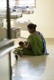 Documetary ledare Pondicherry Jipmer sjukhus, Indien - Juni 1 2014 Full dokumentär om patient och deras familj Documetar Arkivfoton