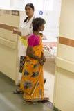 Documetary ledare Pondicherry Jipmer sjukhus, Indien - Juni 1 2014 Full dokumentär om patient och deras familj Documetar Royaltyfri Fotografi