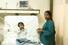 Documetary ledare Pondicherry Jipmer sjukhus, Indien - Juni 1 2014 Full dokumentär om patient och deras familj Documetar Arkivbilder
