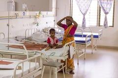 Documetary ledare Pondicherry Jipmer sjukhus, Indien - Juni 1 2014 Full dokumentär om patient och deras familj Documetar Arkivfoto
