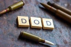 DOD teken met kogels op roestige metaalachtergrond Het Ministerie van de V.S. van Defensieconcept stock foto