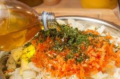 Dodaje słonecznikowego olej jarzynowa sałatka Kapusta, marchewki i cebule, zdjęcia stock