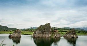 Dodamsambong is drie steenpieken die uit de Namhangang-Rivier toenemen Timelapse stock videobeelden