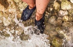 Dodatków specjalnych buty dla chodzić na kamieniach w morzu Zdjęcie Royalty Free