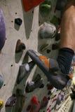 Dodatków specjalnych buty robić dla bouldering na chwycie przy ścianą obraz stock