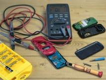 Dodatkowe części i narzędzia dla naprawy twój telefon komórkowy fotografia royalty free