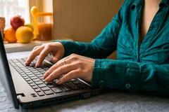 dodatkowo za bizneswomanu komputeru eps formata dziewczyny biurem wektor pracuje zdjęcia royalty free