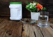 dodatkowy jedzenie i szkło woda na drewno stole Zdjęcie Royalty Free