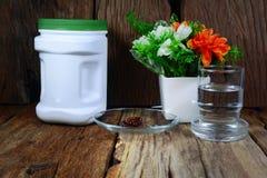 dodatkowy jedzenie i szkło woda na drewno stole Obrazy Royalty Free