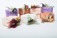 Dodatku specjalnego prezenta pudełka z faborkiem i kwiaty na bielu plecy jakby zdjęcia stock