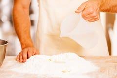 Dodawać niektóre wodę mąka Fotografia Royalty Free