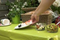 dodawanie płytkę picknick stół sushi. zdjęcie royalty free