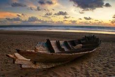 Dode boot op het strand stock afbeelding