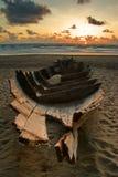 Dode boot op het strand Stock Afbeeldingen