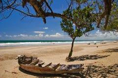 Dode boot op het strand Stock Fotografie