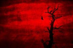 Dode neergestreken en boom die met kraaien vliegt Royalty-vrije Stock Afbeelding