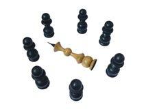 Dode witte koning, omringd zwart pand Stock Fotografie