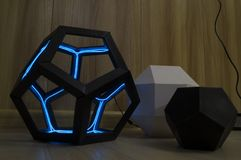 Dodecahedron met lichtende blauwe dioden stock fotografie