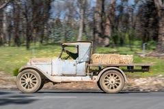 1923 4 Dodge Buckboard jeżdżenie na wiejskiej drodze zdjęcie stock