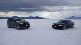 Dodge Durango et Chrysler 300 sur Salt Lake (Bonneville) Photos libres de droits