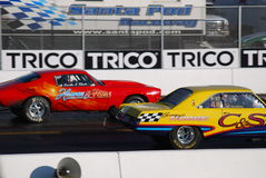 Dodge pil vs den Camaro dragracet Arkivbilder