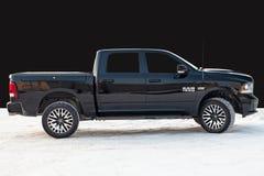 Dodge Ram noir avec un moteur de 5 7 litres de vue de côté sur le fond du mur noir image libre de droits