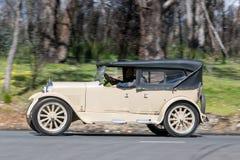 1924 Dodge Tourer, der auf Landstraße fährt Lizenzfreie Stockfotografie