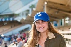 Dodger盖帽的女性坐漂白剂 库存照片