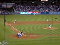 Dodger-Krug wirft ein Nicken zu einem Astros Schlagmann Lizenzfreie Stockfotos
