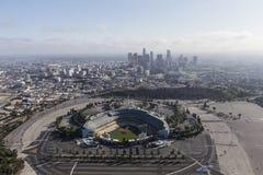 Dodger Stadium och i stadens centrum Los Angeles antenn royaltyfri fotografi